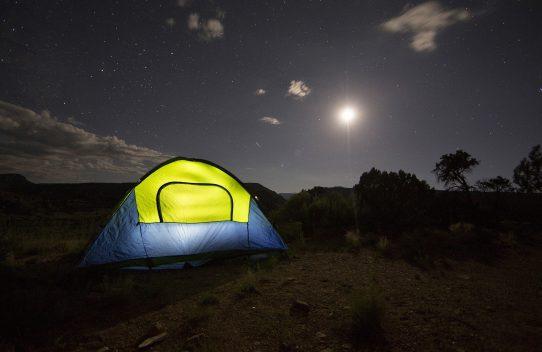 Les accessoires de camping indispensables pour un séjour idyllique